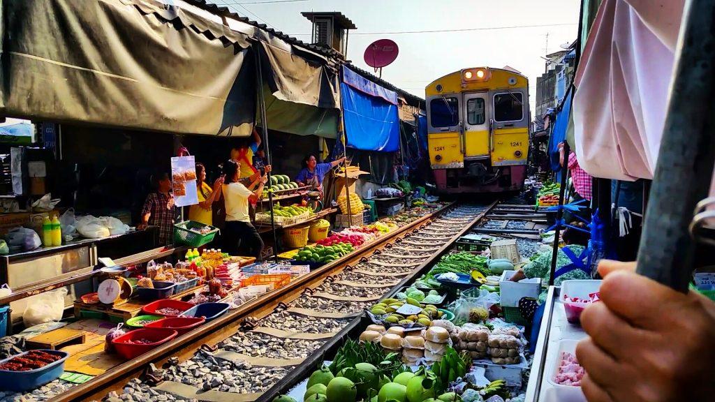 Maeklong Trainmarket