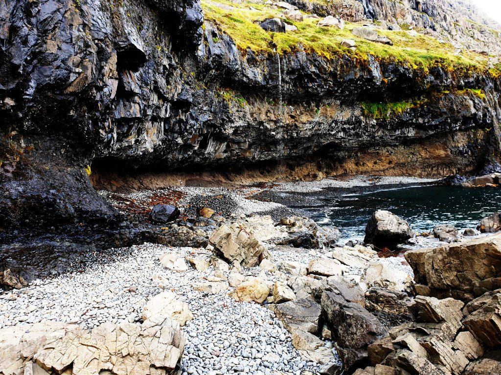 Island - Ostisland - Paskahellir - Höhle