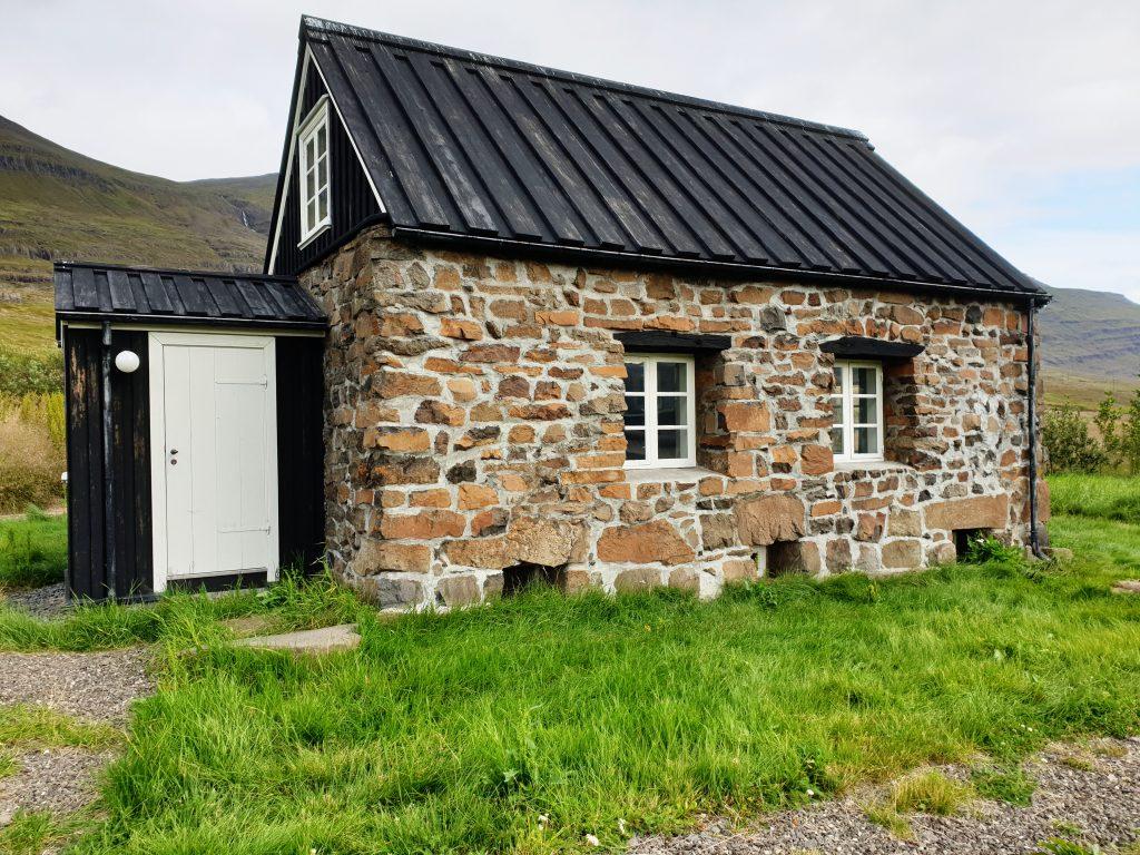 Island - Ostisland - Alcoa Fjadaal - erstes Steinhaus