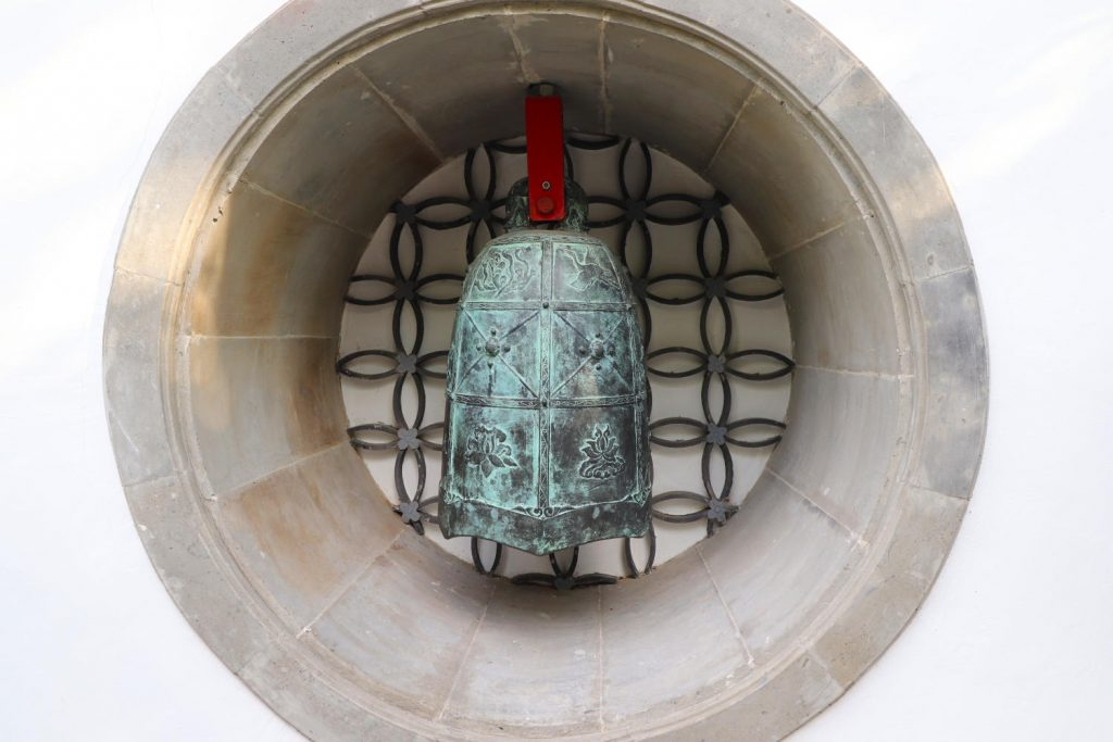 Deutschland - Wiesent - Nepal Himalaya Park - Chinagarten - Friendensglocke kleine Glocke