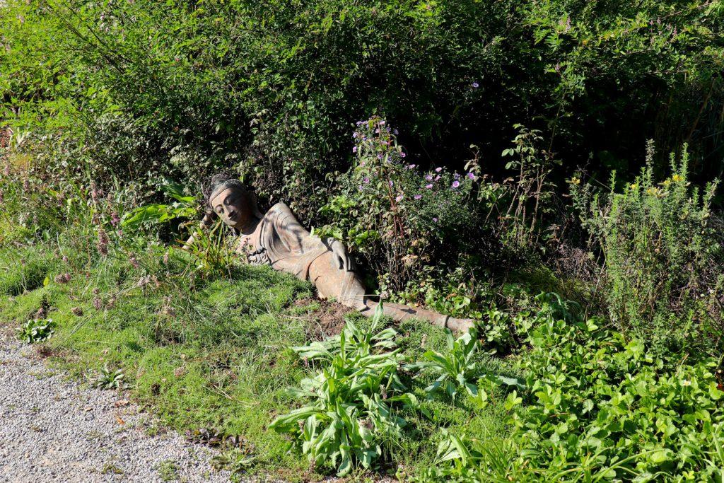 Deutschland - Wiesent - Nepal Himalaya Park - Heidegarten Eingang liegender Buddah