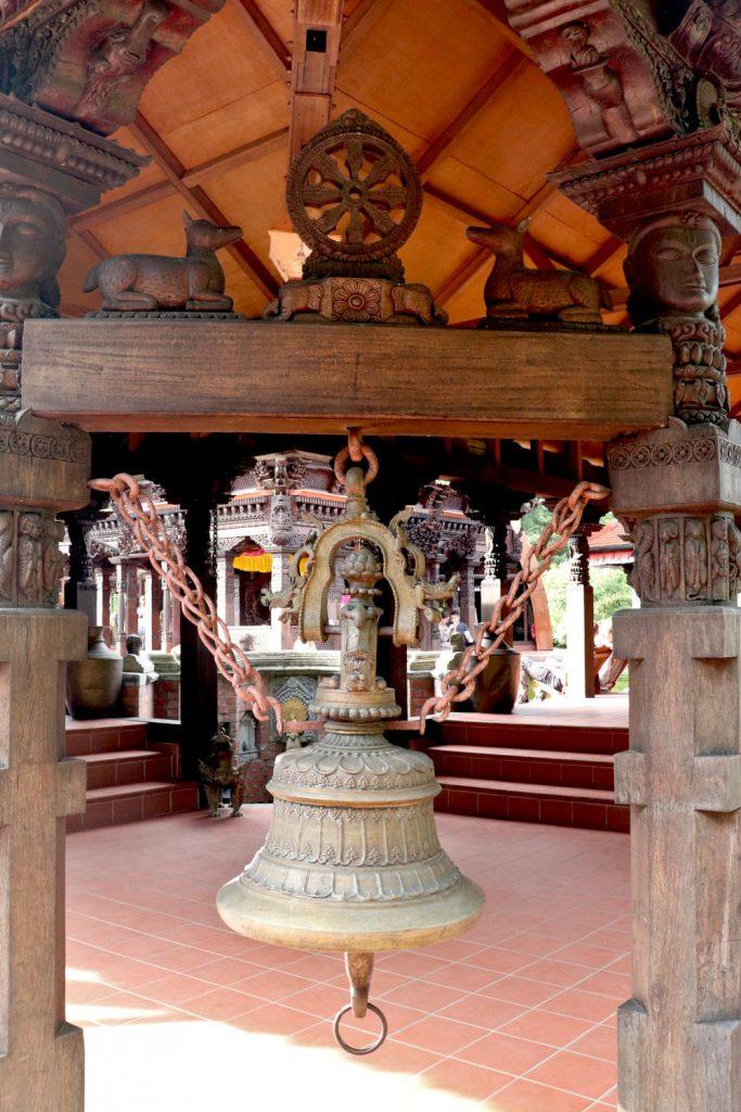 Deutschland - Wiesent - Nepal Himalaya Park - Pavillon innen Glocke
