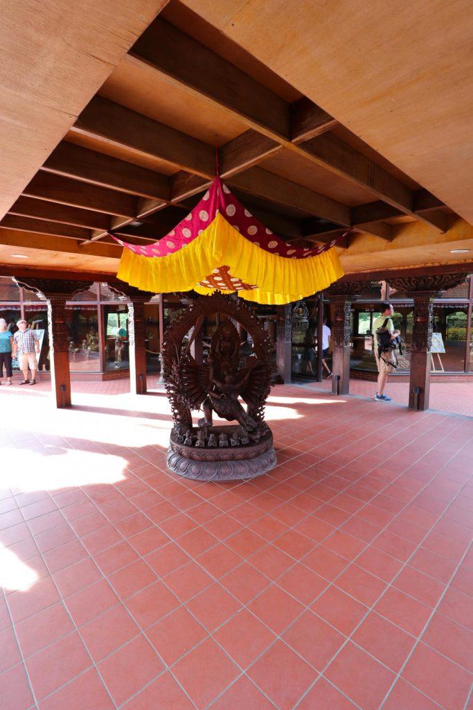 Deutschland - Wiesent - Nepal Himalaya Park - Pavillon innen Platz