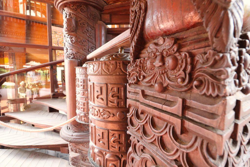 Deutschland - Wiesent - Nepal Himalaya Park - Pavillon innen Schnitzereien