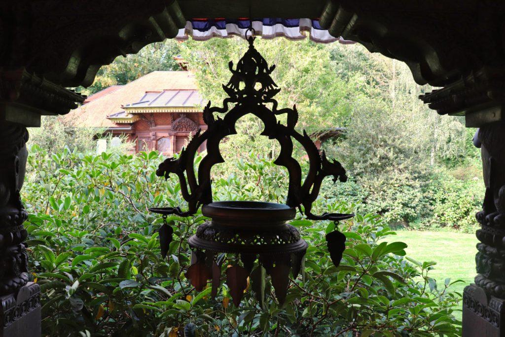 Deutschland - Wiesent - Nepal Himalaya Park - Pavillon innen Verzierungen