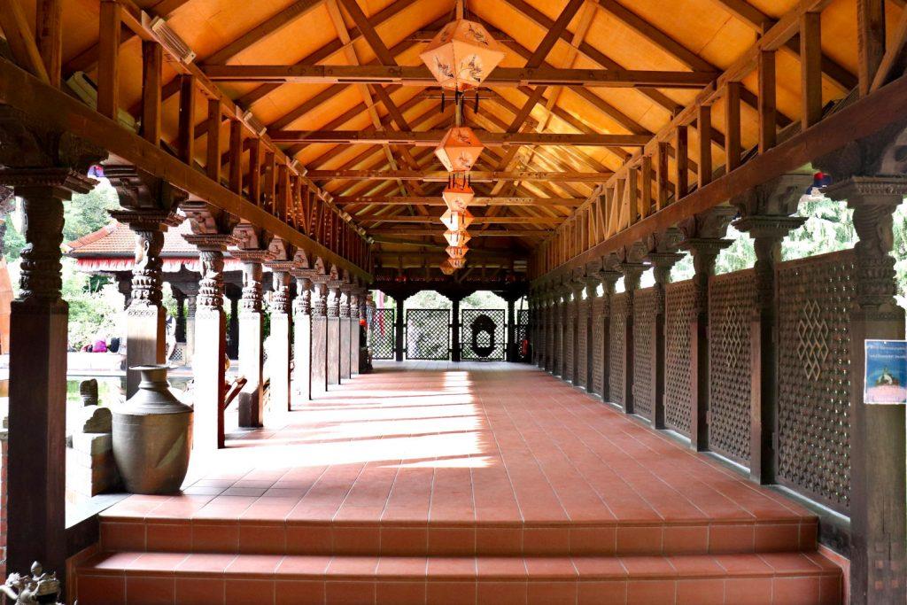 Deutschland - Wiesent - Nepal Himalaya Park - Pavillon innen Weg